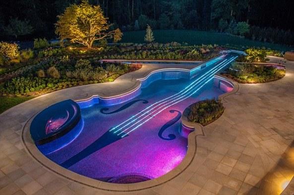 Thiết kế bể bơi theo hình cây đàn Violon